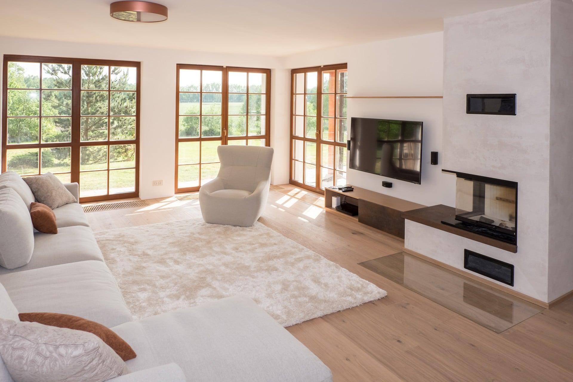 Obývací pokoj s krbem a BOSE systémem